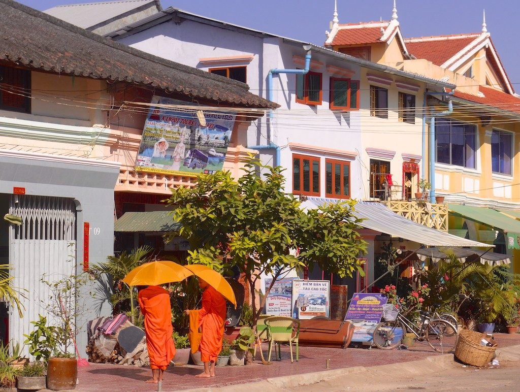 Cambodia+Kampot+street+monks